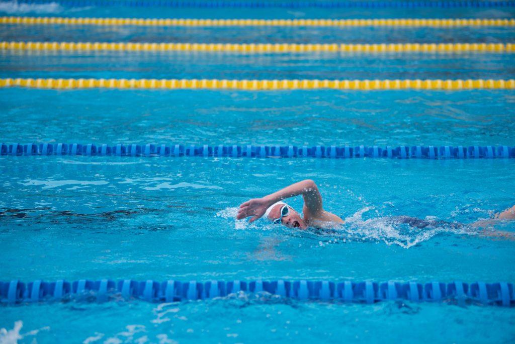 la natación es un buen deporte para cuidar el suelo pélvico