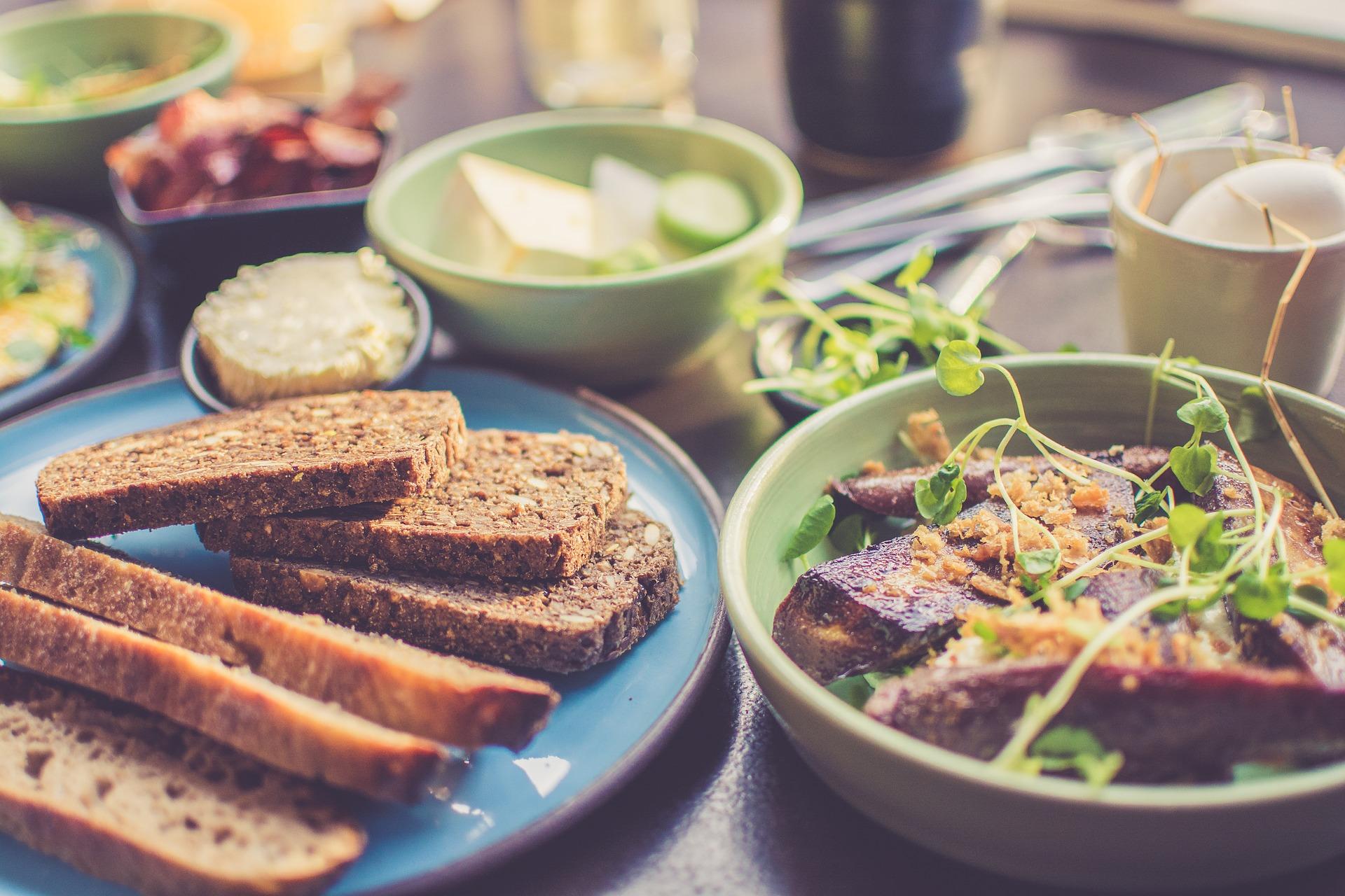 Pan integral y verduras cocinadas son una buena opción para cenar sano