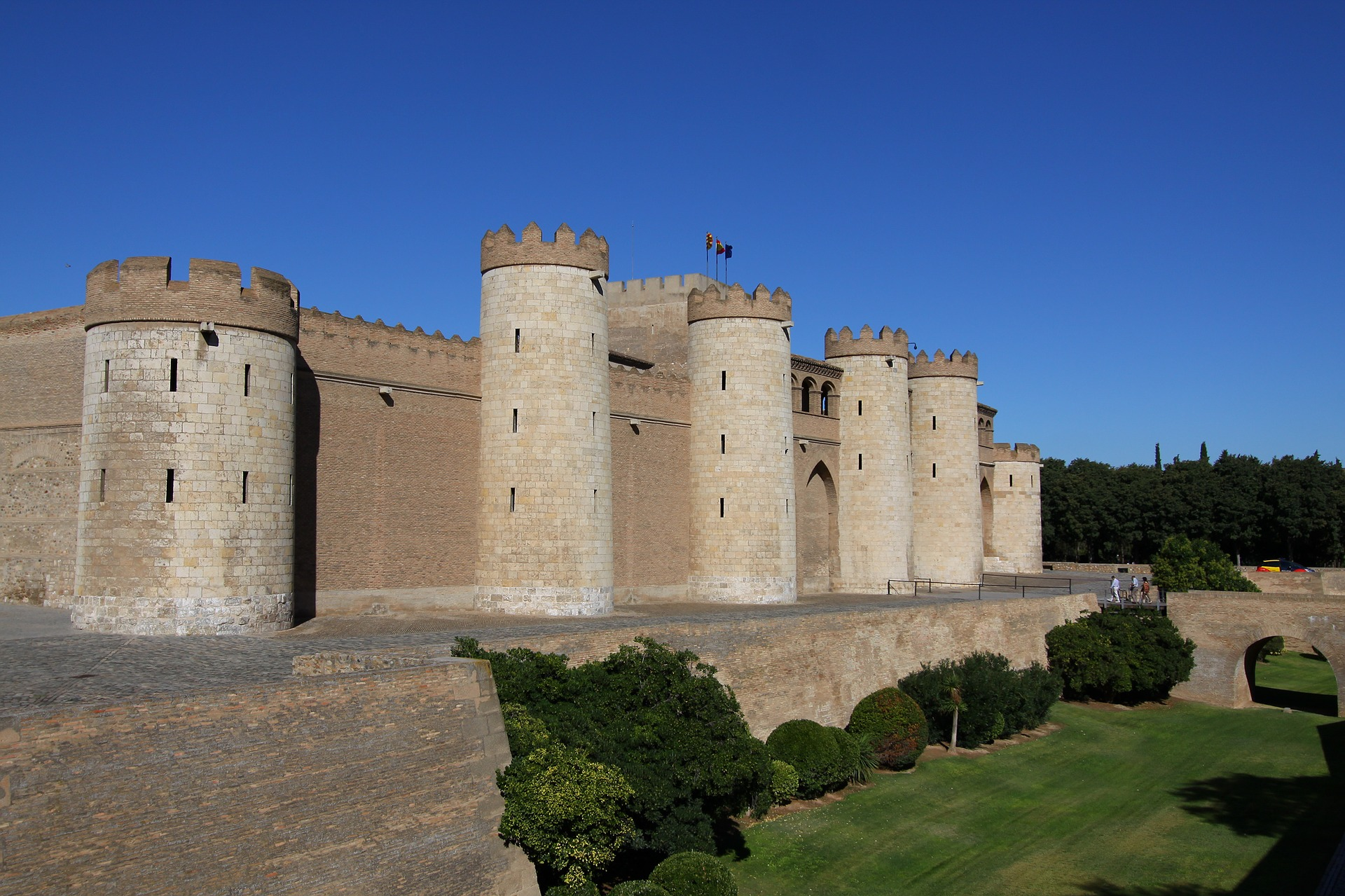 Si viajas a Zaragoza el palacio Aljafería es una visita imprescindible